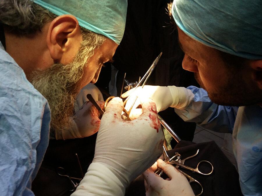 Suriyeli doktorun ameliyatlar sırasında çekilmiş fotoğrafı.