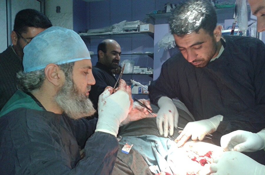 Zor şartlar altında, yetersiz ekipmanla, personel eksikliklerine rağmen ameliyatlar yapmak zorunda olan Suriyeli doktorlardan biri olan İ.T.