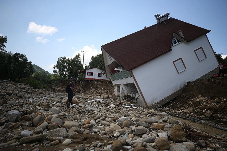 Zarar gören evler, sel felaketinin boyutunu ortaya koydu... -AA