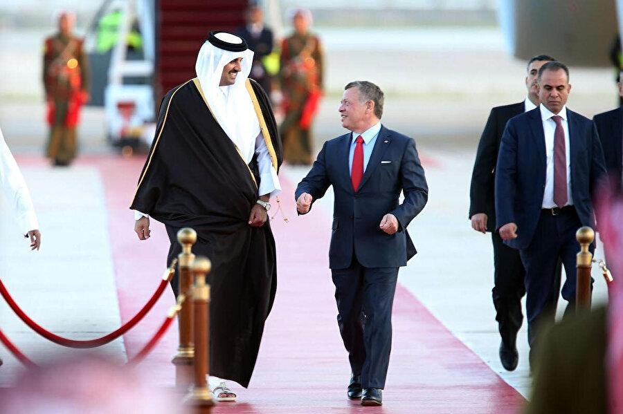 Katar Emiri Şeyh Temim bin Hamed (solda), Ürdün Kralı Abdullah'la birlikte, Amman'da.