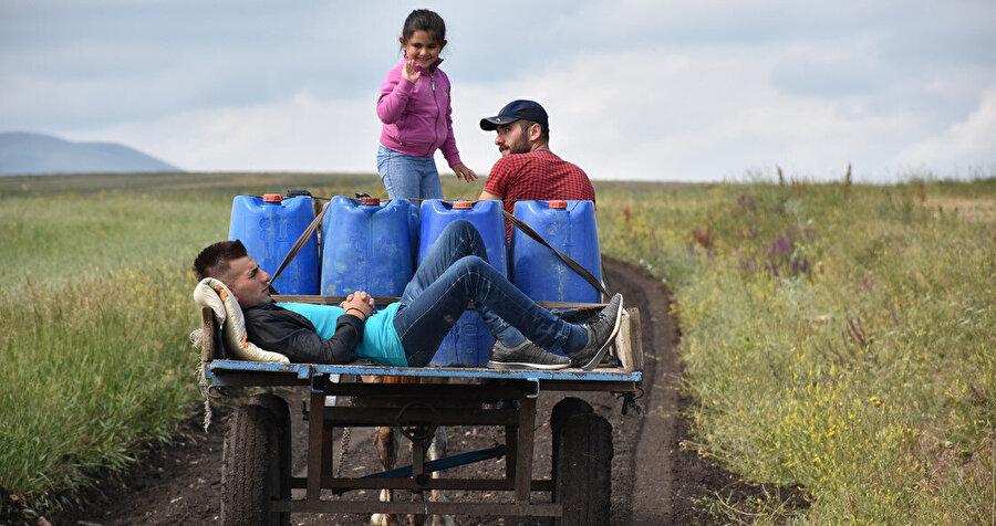 Traktörlerle içme suyu taşıyorlar