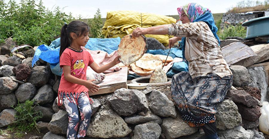 Yaylaya çıkan köylüler tandırda ekmek pişiriyorlar