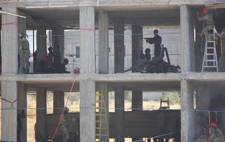 Fotoğrafta binaya patlayıcı yerleştiren İsrail askerleri görülüyor.