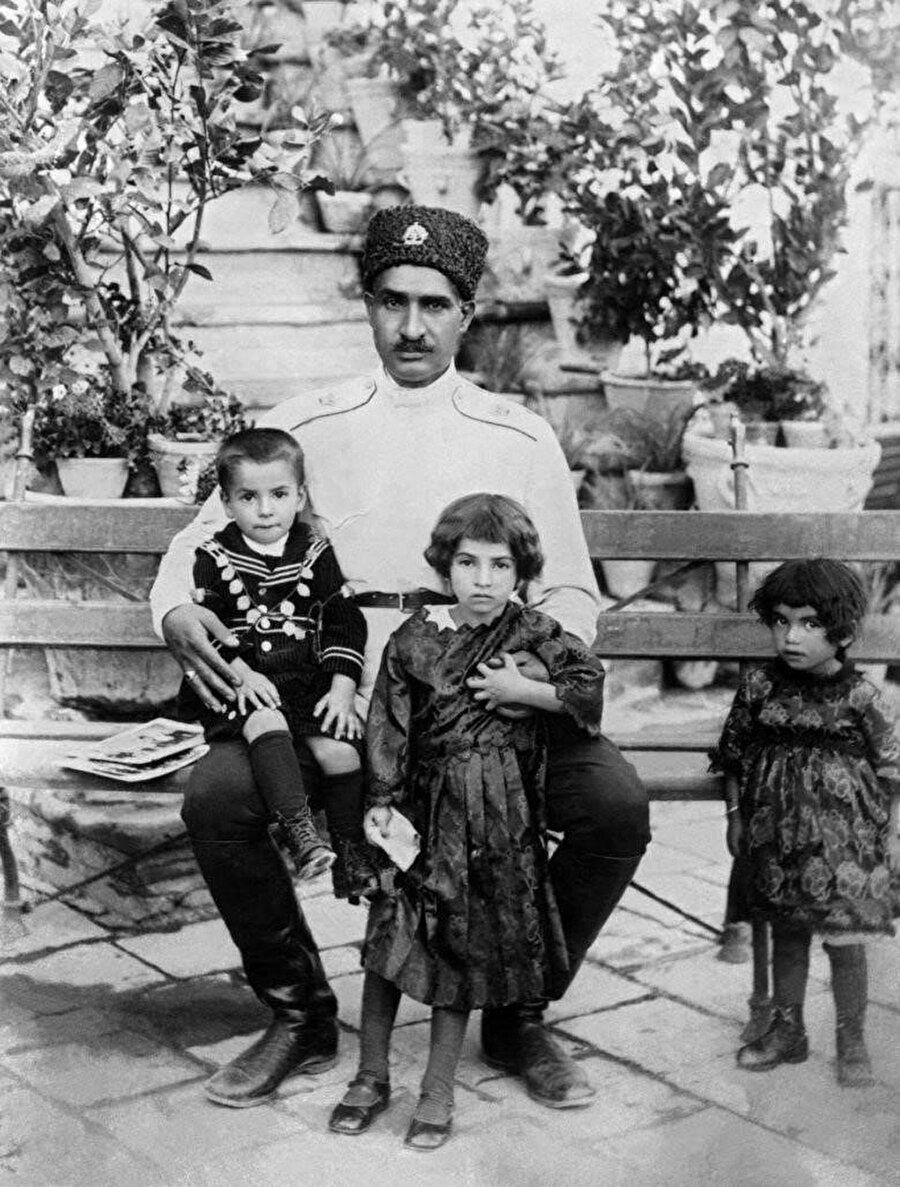 Rıza Pehlevi, oğlu Muhammed Rıza, kızları Şems (ortada) ve Eşref ile, 1920'ler...