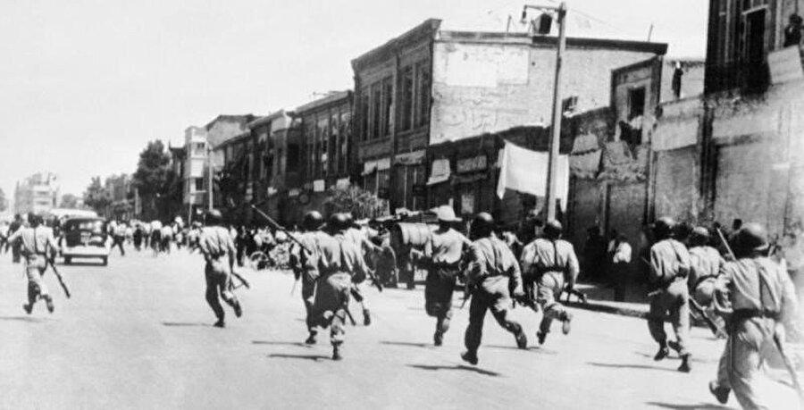 Musaddık'ın devrilmesi sürecinde, Tahran sokakları parayla tutulmuş çeteler tarafından istila edildi.