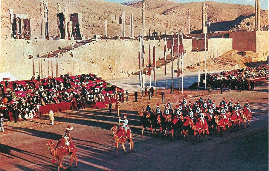1971'de Şiraz'da düzenlenen müsrif kutlamalar, İran halkıyla Şah arasındaki duygusal bağların tamamen kopmasına yol açtı.