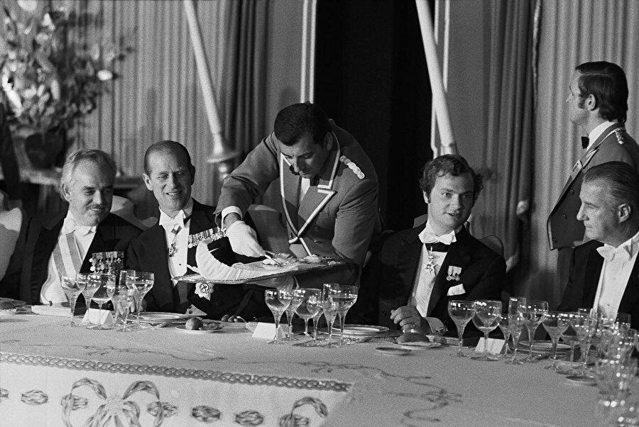 Şiraz'da ağırlanan yabancı konukların içeceği şaraplar, uçaklarla Paris'ten getirilmişti.