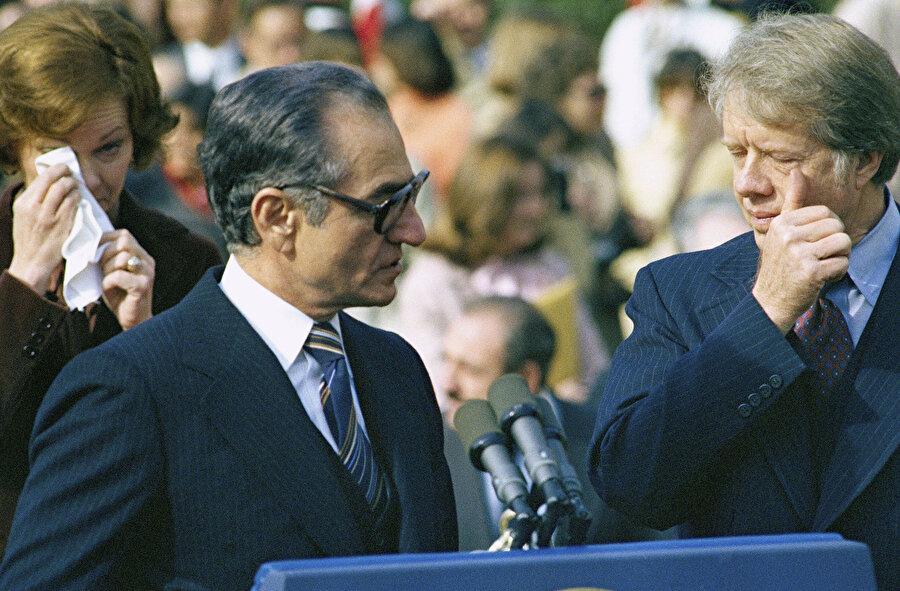 15 Kasım 1977'de, Beyaz Saray'ın bahçesinde yapılan basın açıklaması sırasında, dışarıdaki Şah karşıtı protestocuları dağıtmak için sıkılan biber gazı ABD Başkanı Jimmy Carter'a ve diğer yetkililere kadar ulaşmıştı.