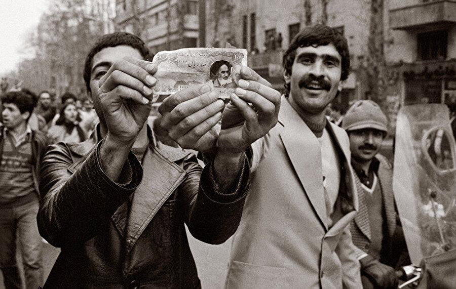 Tahran sokaklarında Şah karşıtı göstericiler...