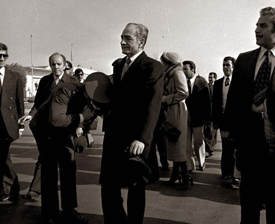 Şah'ın ülkeden ayrılması, İran tarihinde bir dönemin sonuydu.