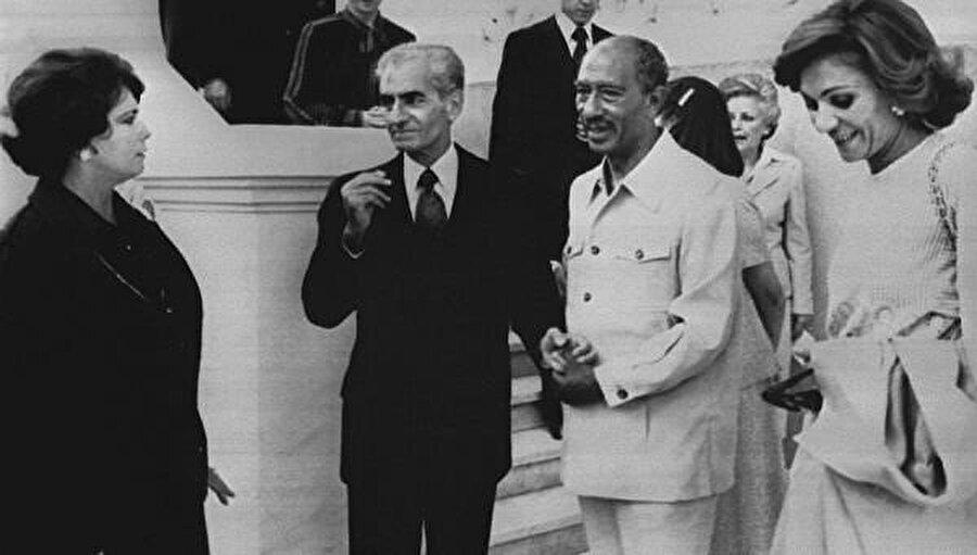 Devrik Şah ve eşi, Mısır Cumhurbaşkanı Enver Sedat (sağdan ikinci) ve eşi Cihan tarafından misafir edildi.