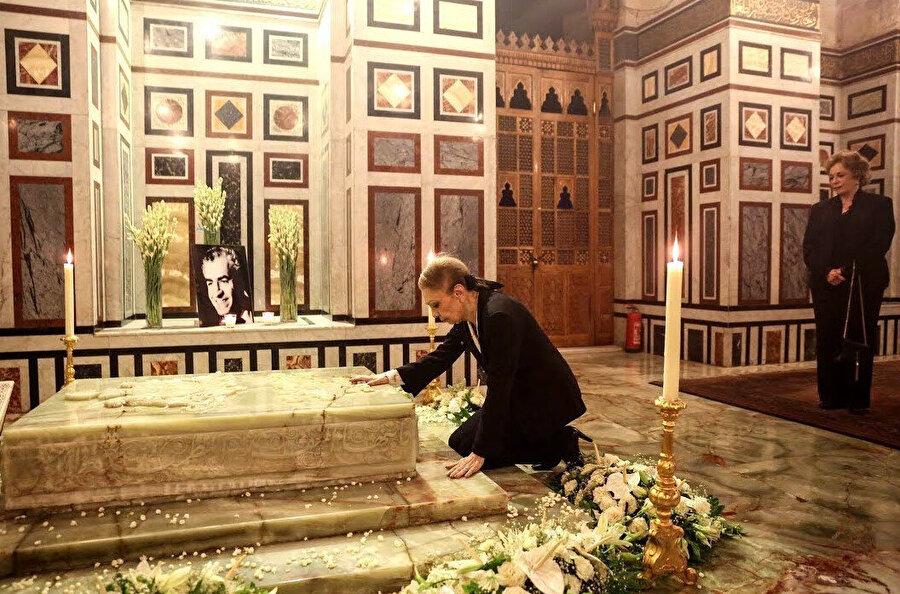 Farah Pehlevi, Şah'ın kabrinde... Arkasında, Enver Sedat'ın eşi Cihan Sedat.