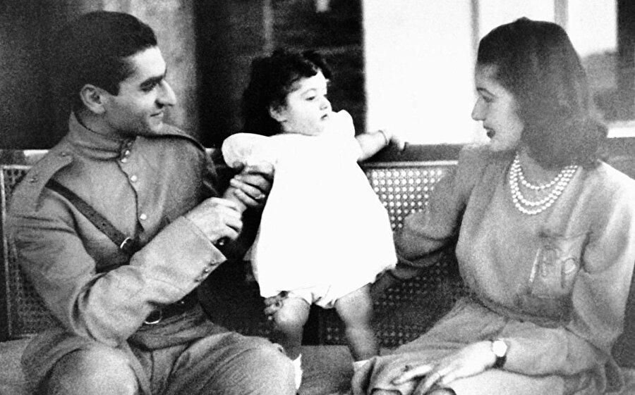 Muhammed Rıza Pehlevi, eşi Prenses Fevziye ve kızları Şehnaz, 1940.