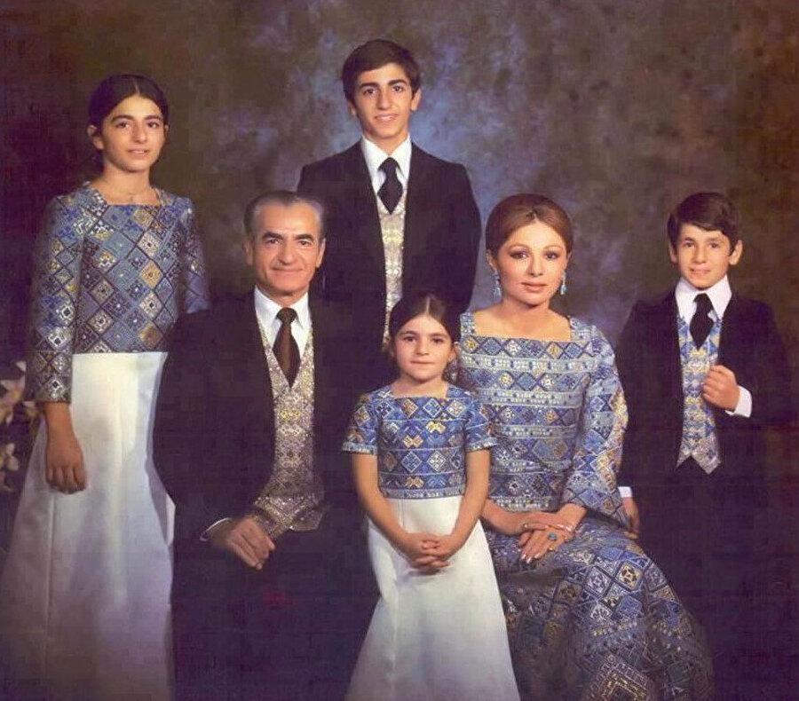 Şah, eşi ve çocuklarıyla bir arada... Şah'ın çocuklarından ikisi, Alirıza (en sağda) ve Leyla (ortada, annesiyle babasının arasında) daha sonra intihar ederek yaşamlarına son verdi.