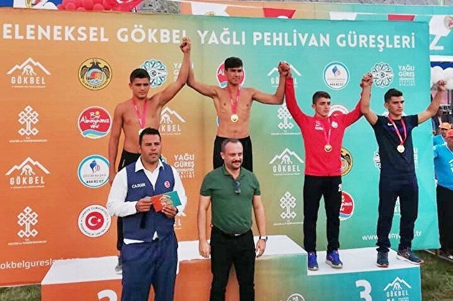 Eren Kaplan birinci olduğu turnuvanın madalya seremonisinde.