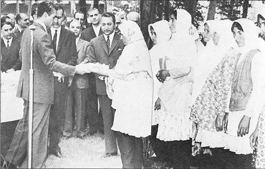 Şah'ın 1963'te açıkladığı Beyaz Devrim, İranlı din adamı sınıfının etkisini yok etmeyi amaçlıyordu.