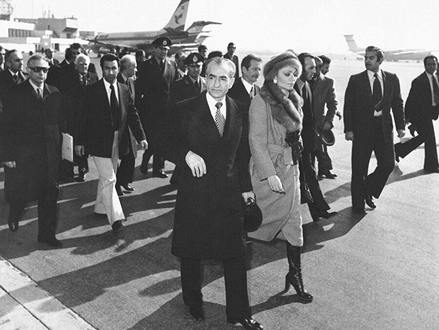 Muhammed Rıza Pehlevî ve eşi Farah Diba, bir daha dönmemek üzere İran'ı terk ederken...