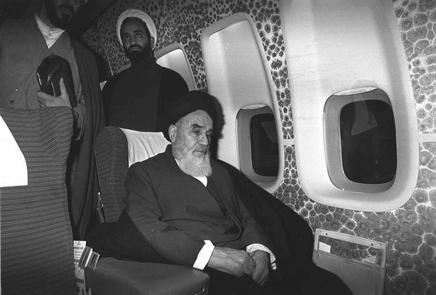 Humeynî, kendisini Tahran'a götüren uçakta, yolculuk sırasında...