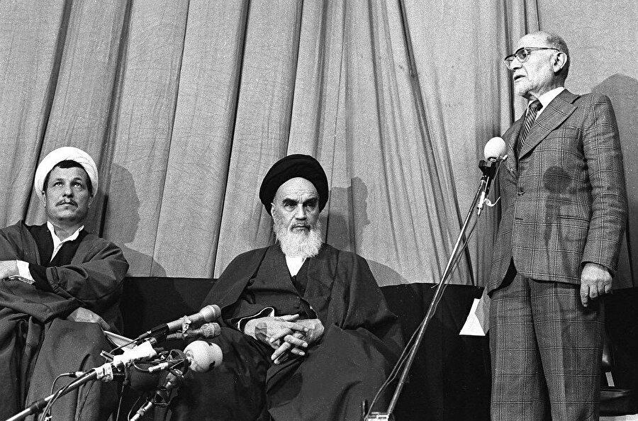 Ayetullah Humeynî tarafından başbakanlığa atanan Mehdî Bâzergân (en sağda), kısa süre içinde devrim liderleriyle ters düşerek istifa etmek durumunda kalacaktı.