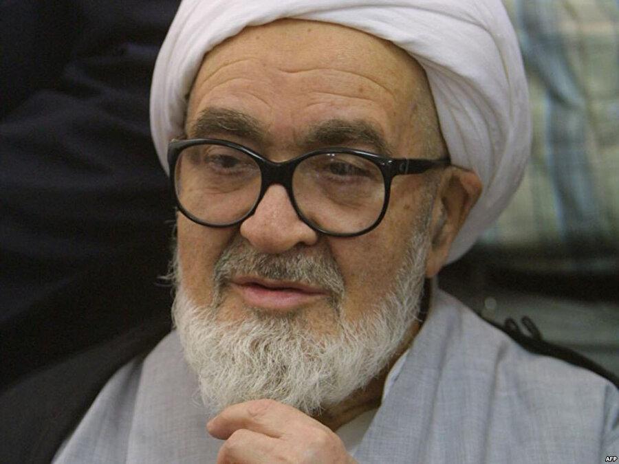 Ayetullah Muntazerî, Humeynî'ye yönelik sert eleştirileri sebebiyle, dini liderlik adaylığından azledilmişti.