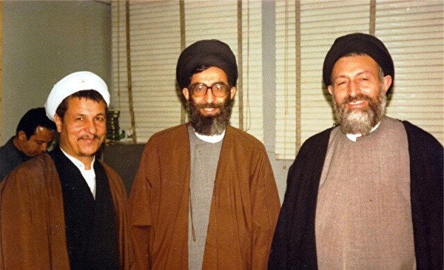 Ayetullah Beheşti (en sağda), Ali Hamaney (ortada) ve Haşimî Rafsanjânî ile birlikte...