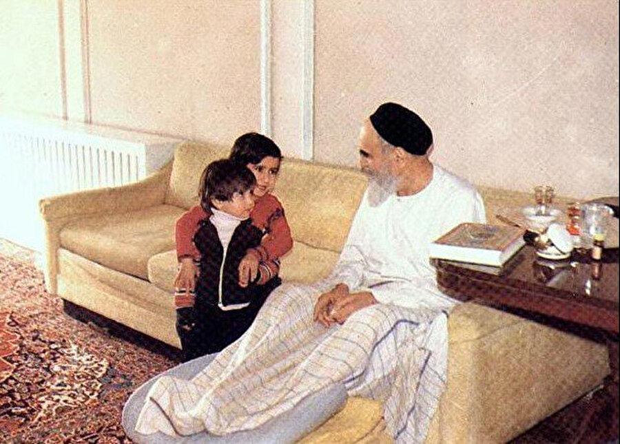 Ayetullah Humeynî, evinde torunlarıyla.