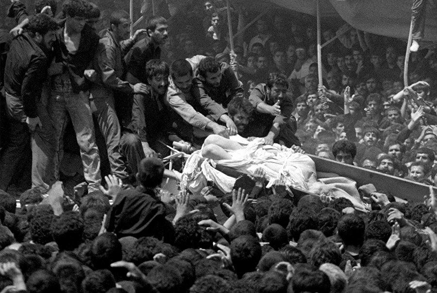Cenazedeki izdiham nedeniyle, Humeynî'nin kefeni parçalanmıştı.