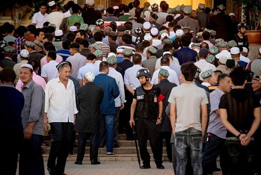 Sincan Uygur Özerk bölgesindeki Uygur Türklerinin her adımını izleyen Çin polisi.