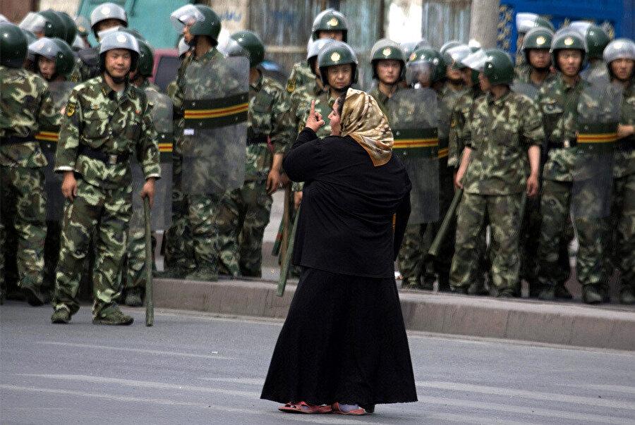 Çin polisine karşı duran bir Uygur Türkü.