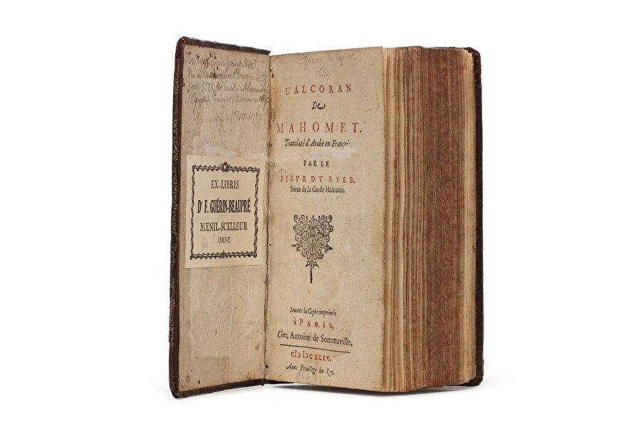 """Andre Du Ryer'in 1647 yılında Arapça'dan Fransızca'ya çevirdiği """"L'Alcoran de Mahomet"""" isimli Kur'an'i Kerim tercümesi."""
