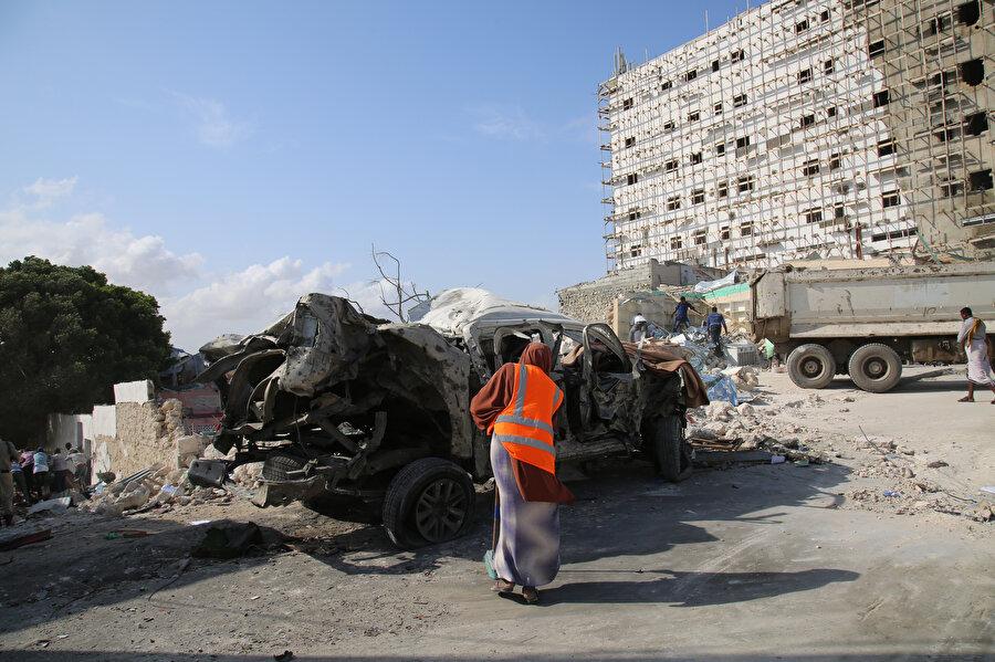 Saldırı nedeniyle çevredeki bir çok araç zarar gördü. -AA