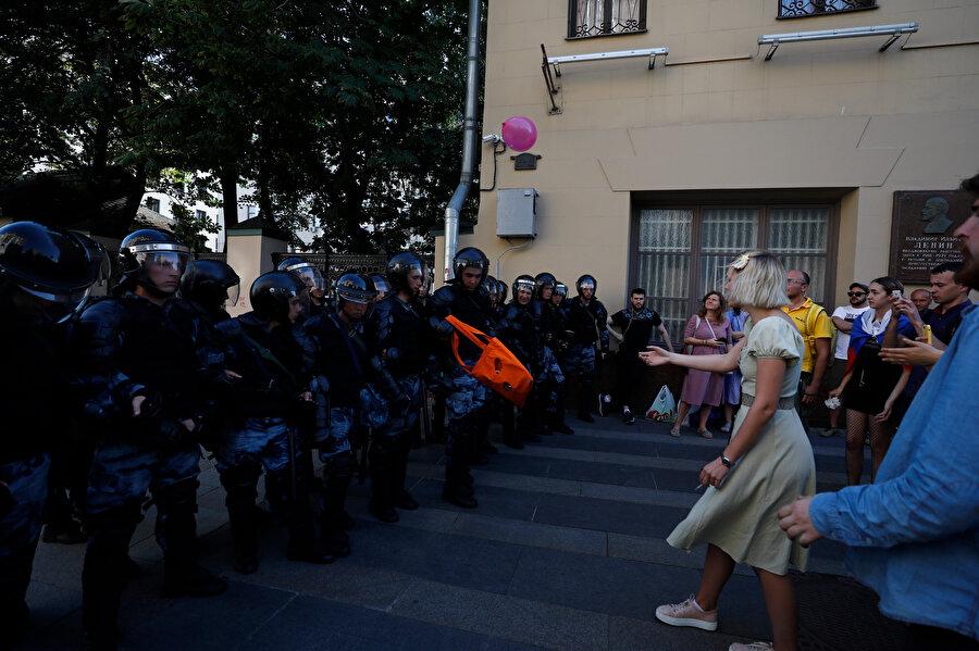 Rusya'nın başkenti Moskova'da, Şehir Meclisi seçimlerine bağımsız adayların kaydının kabul edilmemesi nedeniyle izinsiz gösteri düzenlendi.