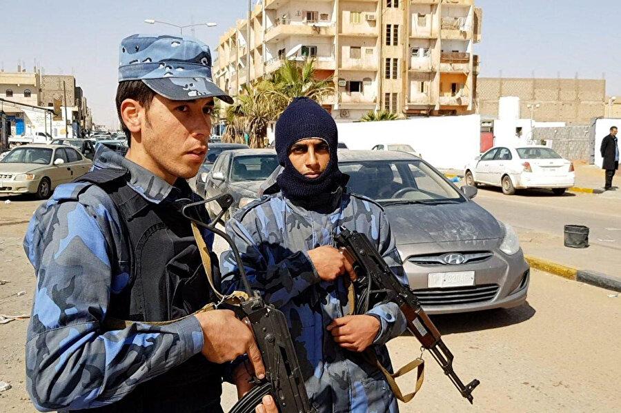 Libya'nın güneyindeki en büyük şehir olan Sebha'da devriye gezen Halife Hafter'e bağlı güçler.