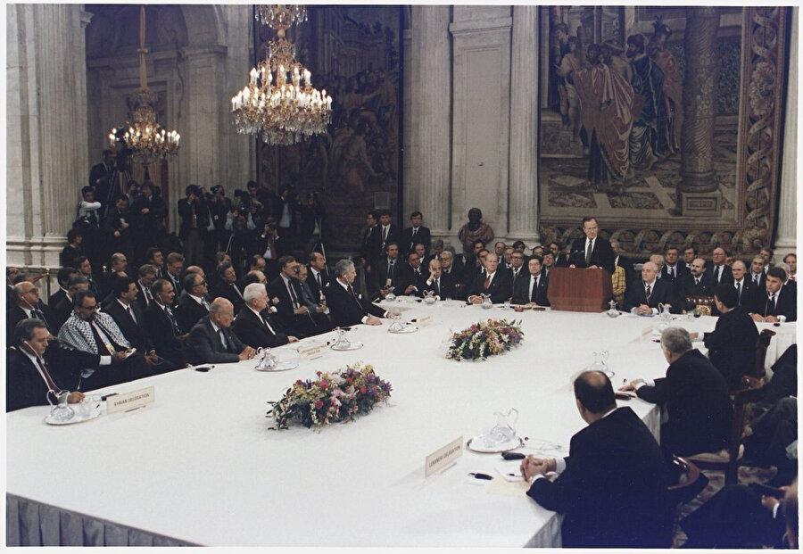 Dönemin ABD Başkanı George Bush, Madrid Barış Konferansı'nın açılışında...