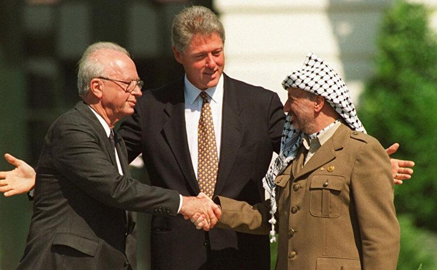 İsrail Başbakanı Yitzhak Rabin (solda), ABD Başkanı Bill Clinton (ortada) ve Yâser Arafat, Beyaz Saray'ın bahçesinde...