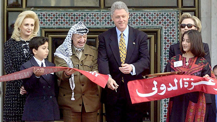 ABD Başkanı Bill Clinton (sağdan ikinci) ve Yâser Arafat (soldan ikinci), Gazze Uluslararası Havaalanı'nın açılışında...