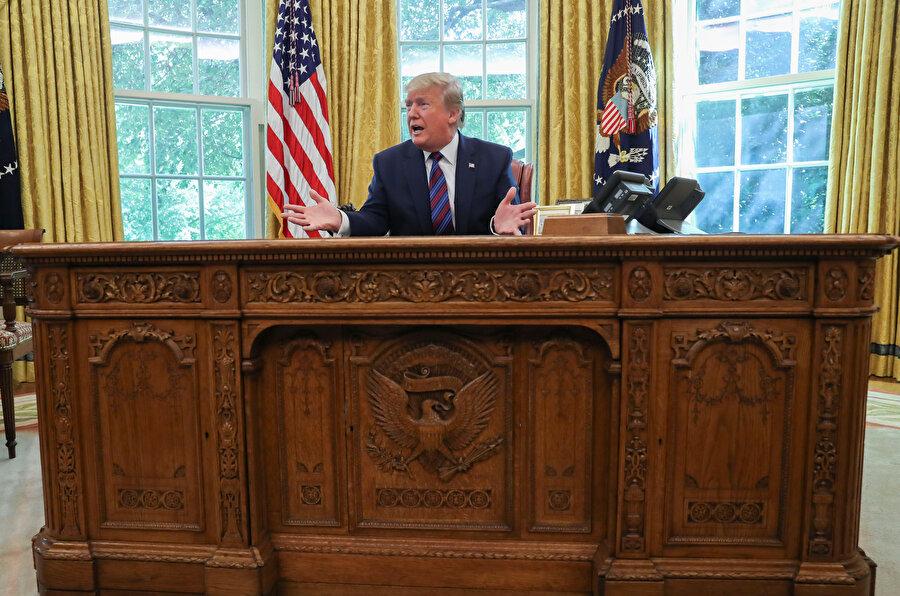 Başkan Trump gazetecilere açıklama yaptığı sırada görünüyor.