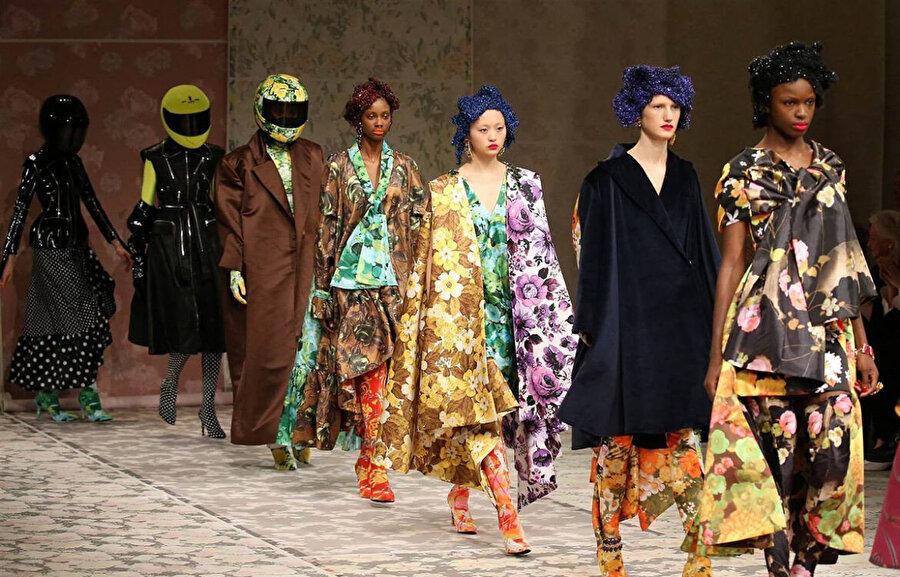 Bir tasarımın üretiminden son haline kadar olan her aşamasından moda tasarımcısı sorumludur.