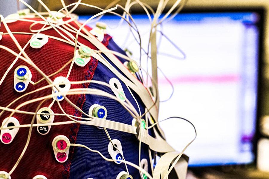 Beynin frekansları cihazlar yoluyla takip ediliyor.