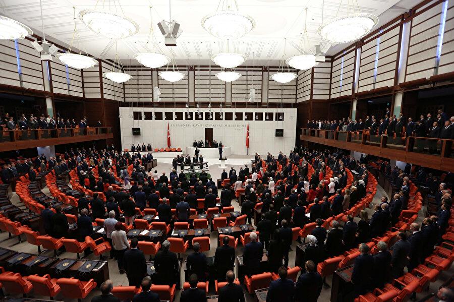 TBMM'de gerçekleştirilen oturum sırasında milletvekillerinin saygı duruşunda olduğu görünüyor.