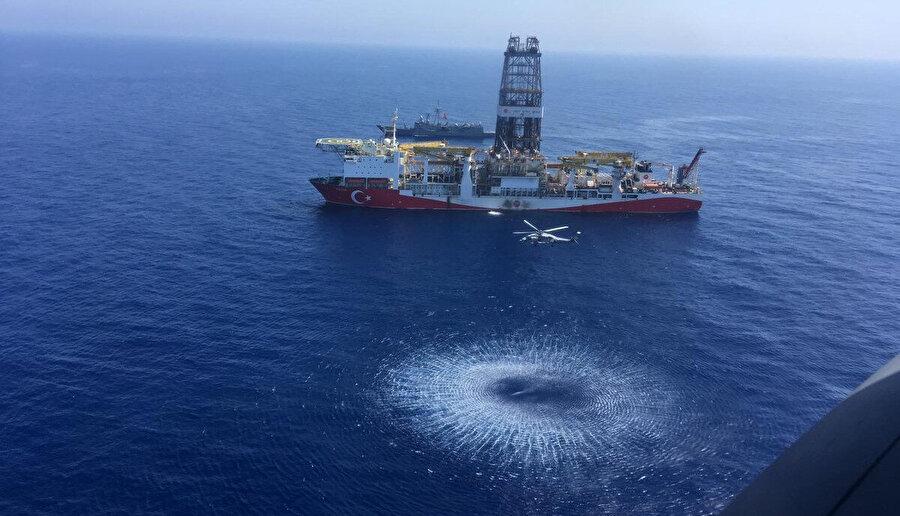 Türk gemileri, engelleme girişimlerine rağmen sondaj çalışmalarına tüm hızıyla devam ediyor.