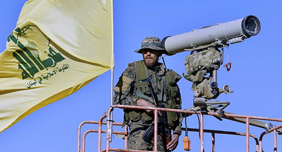 Gözetleme kulesinde nöbet tutan bir Hizbullah militanı.