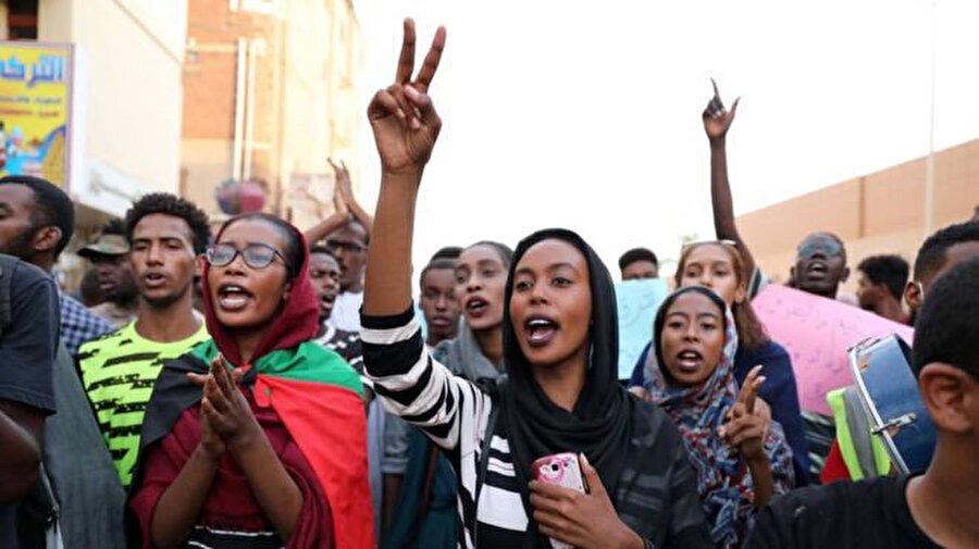 Kurdufan eyaletinde barışçıl gösteriler sırasında açılan ateş sonucu öğrencilerin hayatını kaybetmesi, Hartum sokaklarında öfkenin artmasına sebep oldu.