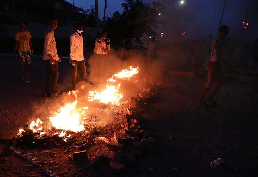 Sudan'da protestocular, öğrencilerin öldürülmesini lastik yakarak protesto etti.