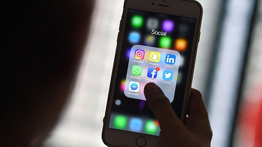 Facebook, Twitter ya da Instagram gibi sosyal ağlar tamamen 'tek parmakla aşağıya doğru kaydırma' özelliğini temel alıyor. Böylece fotoğraflar, videolar, metinler ya da diğer içerikler hızlıca görüntülenebiliyor. Ancak birçok araştırma bu sonsuz kaydırma sisteminin kullanıcılar üzerinde psikolojik bir baskı oluşturduğunu ortaya koyuyor.