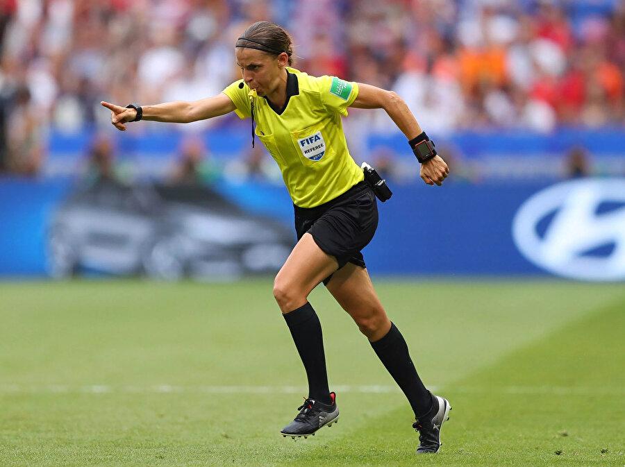 Stephanie Frappart penaltı kararının ardından beyaz noktaya koşuyor.