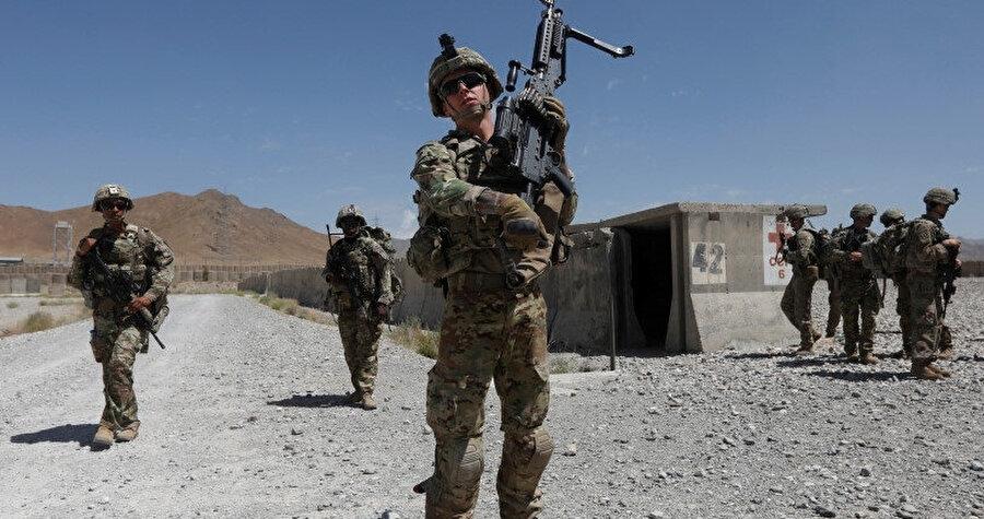 ABD askerleri Afgan ordusuna ait üsde devriye geziyor.