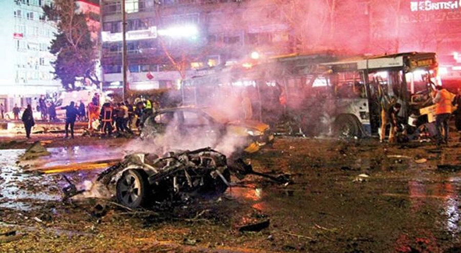 Ankara'da 13 Mart 2016'da saat 18.45 sıralarında Atatürk Bulvarı'ndaki Güvenpark otobüs durakları önünde düzenlenen saldırıdan bir kare.