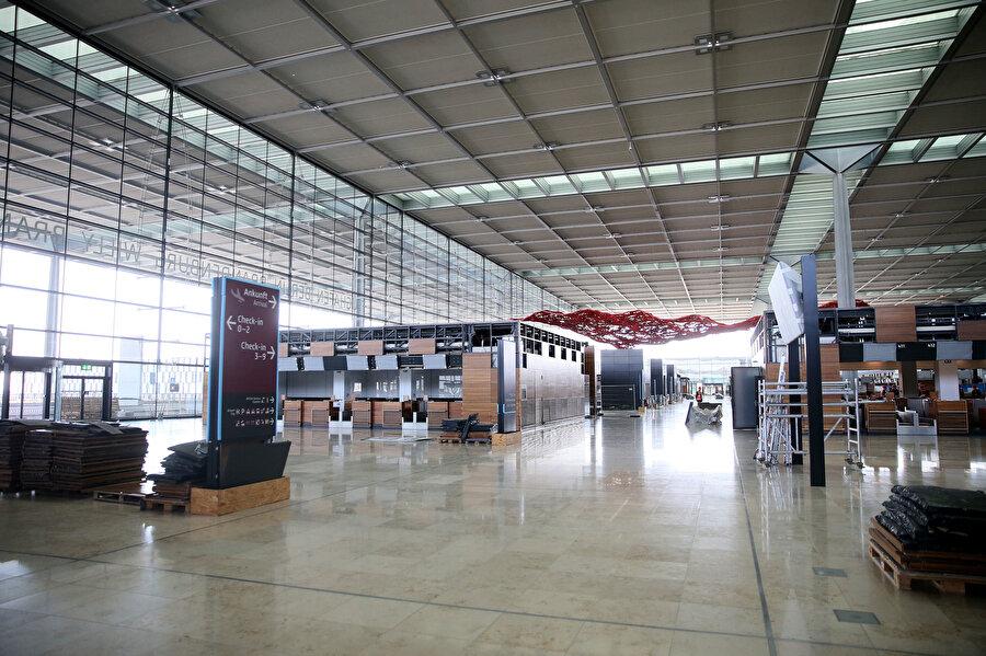 Havalimanının bazı eşyaları açılamamasından kaynaklı kullanılmadan eskimiş durumda.