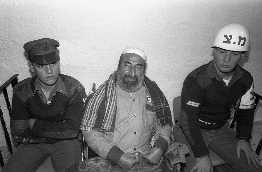 İsrail tarafından sık sık tutuklanan Ahmed Yasin, bir duruşma sırasında, 1990.